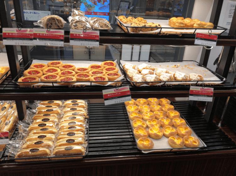 ル パン ドゥ ジョエル・ロブションの棚に並べられたパン その1