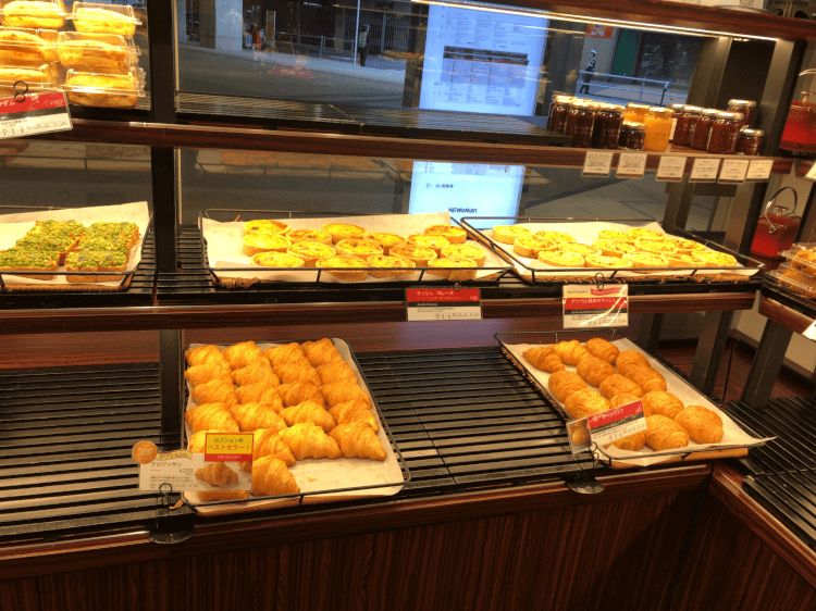 ル パン ドゥ ジョエル・ロブションの棚に並べられたパン その2