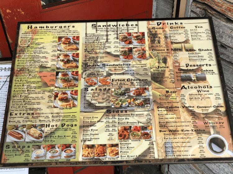 ファイヤーハウスの店頭に置かれたハンバーガー、ホットドック、サンドイッチ、ドリンクのメニュー