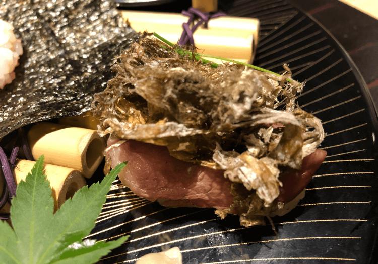 黒毛和牛炙り寿司 おぼろ昆布芽葱のせ@肉割烹 吟次郎 品川