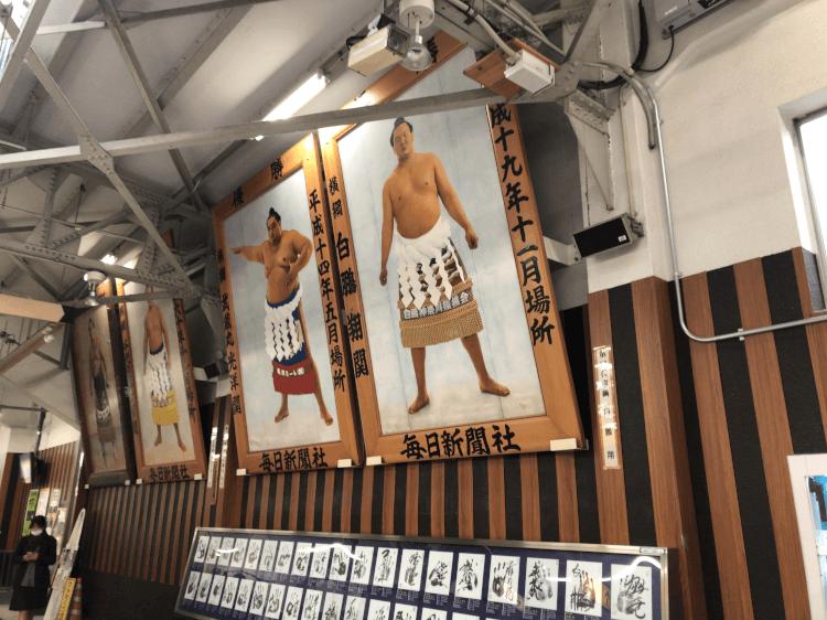 両国駅に飾られた相撲取りの写真