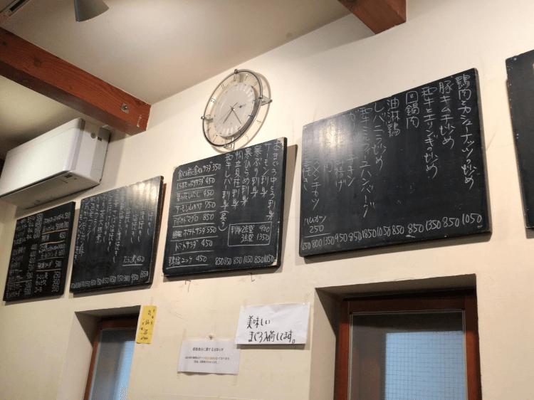 菱田屋 壁の黒板に書かれたメニュー 全体