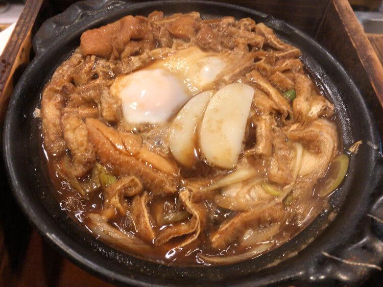 原宿「山町」で食べた味噌煮込みうどん 玉子鳥肉トッピングの写真です。