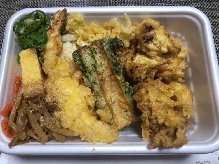 丸亀うどん弁当 (4種の天ぷらと定番おかず)
