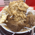 二郎系最安値?650円で大迫力の豪快な盛り 麺も美味い!「麺でる」戸越公園