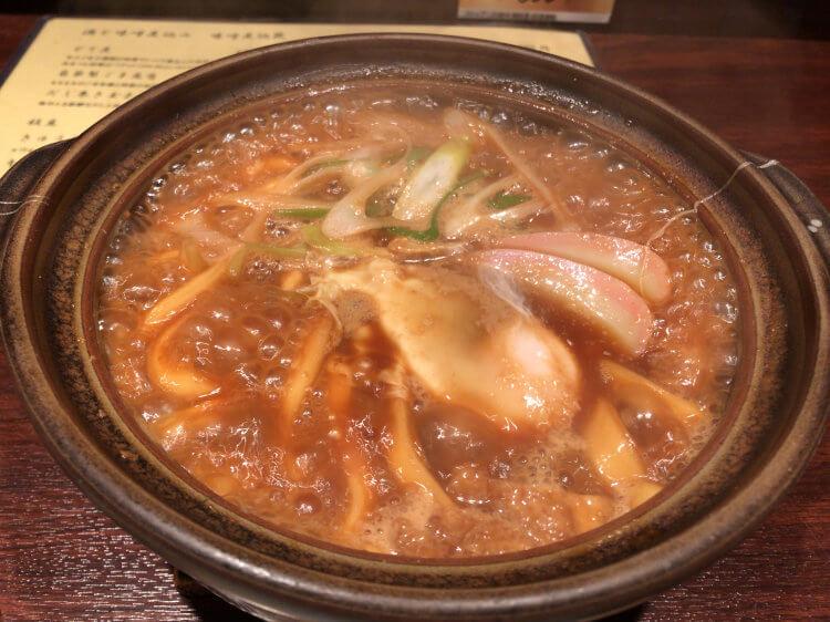 本郷三丁目「味噌煮込罠」で食べたみそ煮込みうどんの写真です。