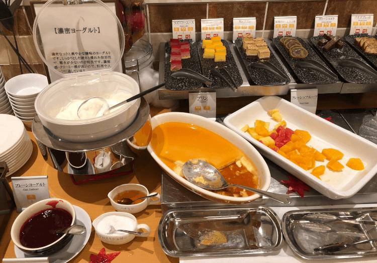 神戸三宮 ホテルモントレの朝食バイキング プリン・ヨーグルト・フルーツ