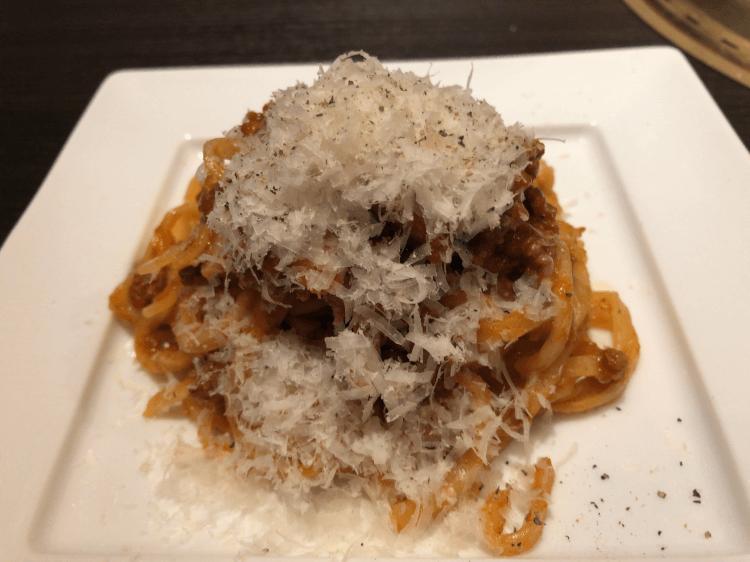 チーズ降り積もる挽肉とベーコンのボロネーゼ@ワンカルビ ルララこうほく