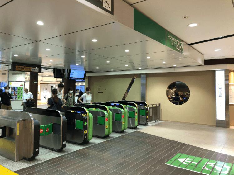 八重洲地下中央改札と凛の店舗