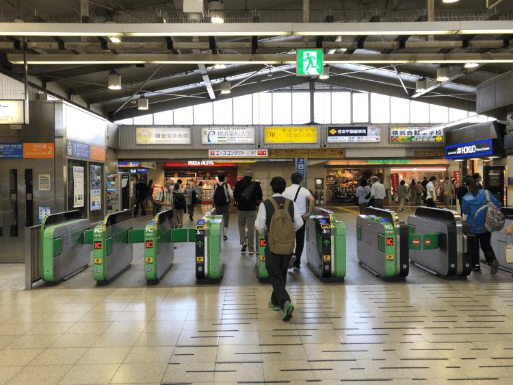 JR戸塚駅改札付近