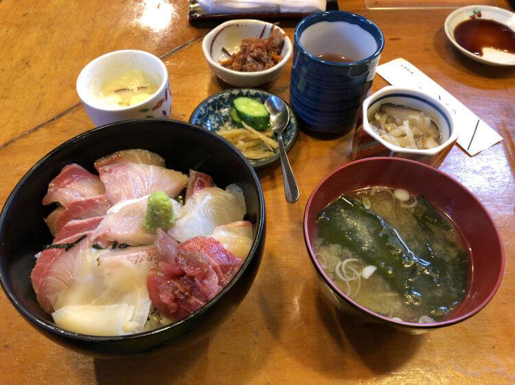 新橋 活魚料理ととやの海鮮ちらし、みそ汁、茶碗蒸しなど