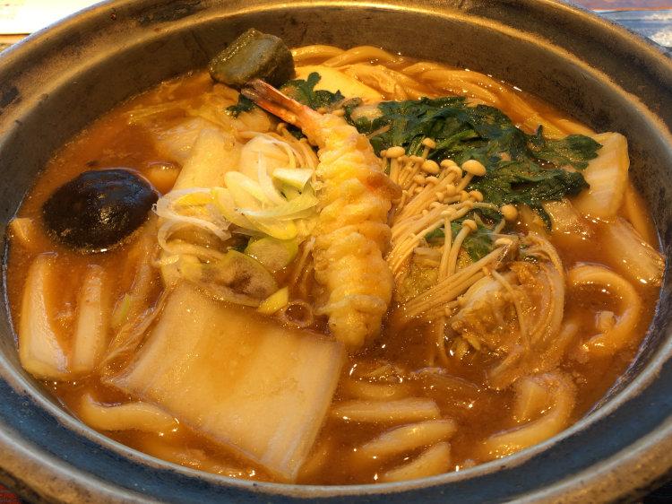 つるとんたん東急プラザ銀座店で食べた味噌煮込みのおうどんの写真です。